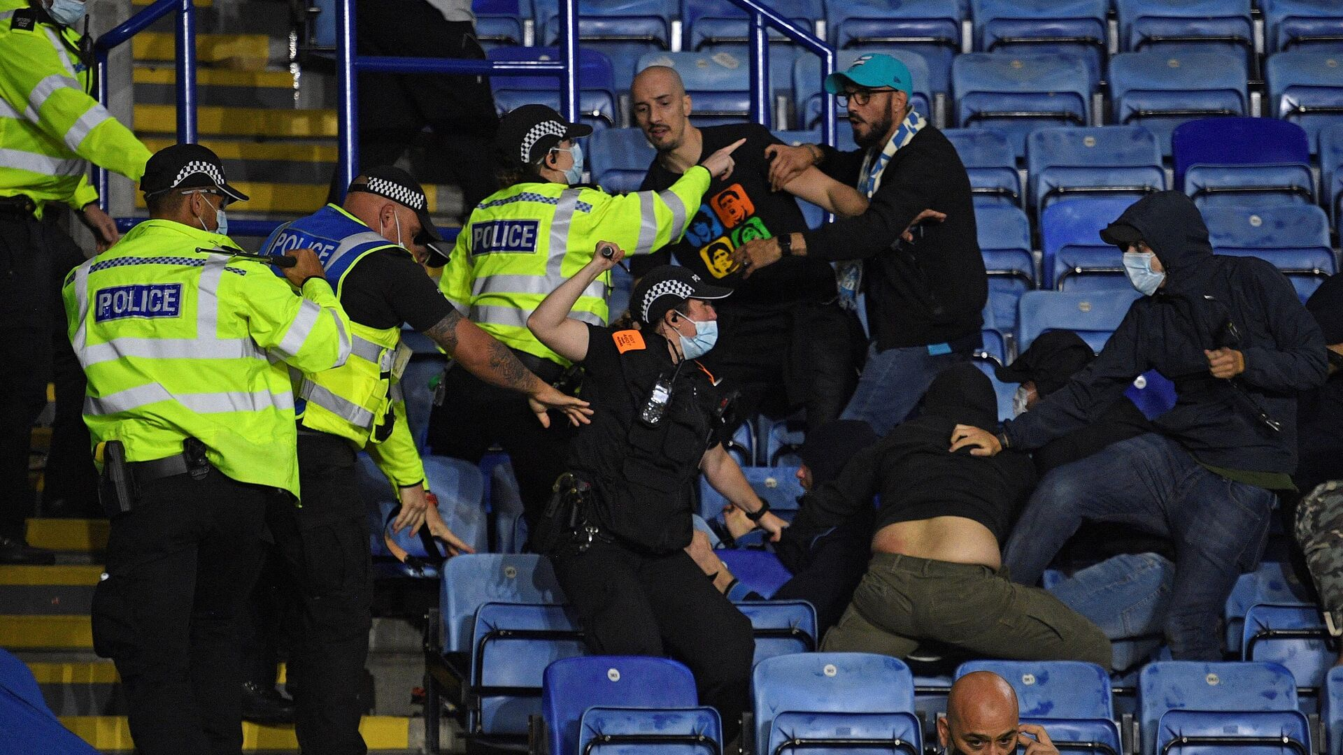 Police officers use batons as they hold back Napoli fans attempting to clash with Leicester fans after the final whistle during the UEFA Europa League Group C football match between Leicester City and Napoli at the King Power Stadium in Leicester, central England on September 16, 2021. - The match ended 2-2. (Photo by Oli SCARFF / AFP) - РИА Новости, 1920, 17.09.2021