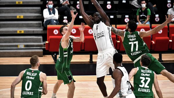 ASVEL Lyon-Villeurbanne French player Moustapha Fall (C) fights for the ball with with Zalgiris Kaunas French player Joffrey Lauvergne (2nd-L) during the Euroleague basketball match between Lyon-Villeurbanne and Zalgiris Kaunas at Villeurbanne, south-eastern France on October 29, 2020. (Photo by OLIVIER CHASSIGNOLE / AFP)