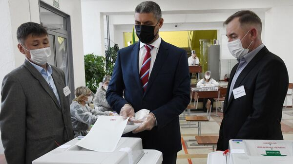 Губернатор Забайкальского края Александр Осипов голосует на избирательном участке №120 на выборах в Госдуму в Чите