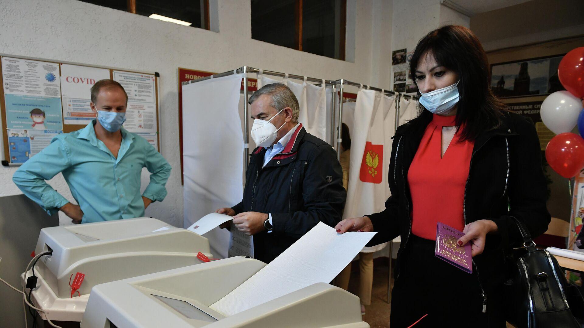 Жители голосуют на избирательном участке в Симферополе - РИА Новости, 1920, 18.09.2021