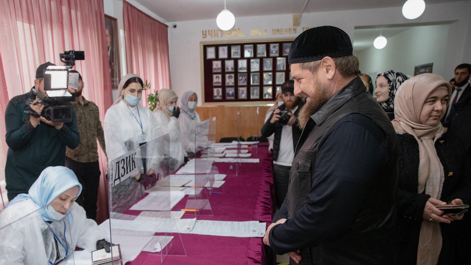 Глава Чечни Рамзан Кадыров на избирательном участке в селе Ахмат-Юрт в Чеченской республике - РИА Новости, 1920, 20.09.2021