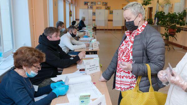 Женщина во время голосования на избирательном участке №51 на выборах в Госдуму в Петропавловске-Камчатском