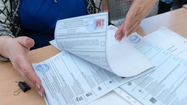 Сотрудник участковой избирательной комиссии №51 во время работы на выборах депутатов Государственной Думы РФ в Петропавловске-Камчатском