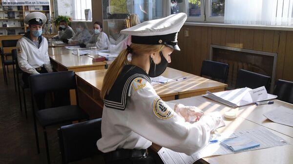 Курсанты Морского государственного университета имени адмирала Г.И.Невельского на избирательном участке №919 во Владивостоке