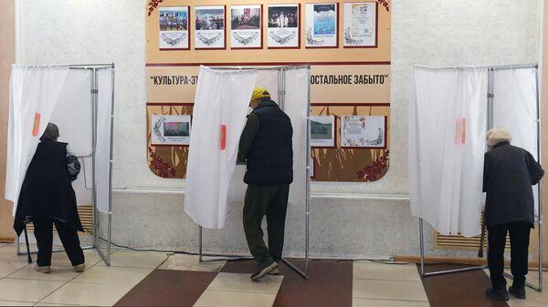 Люди голосуют на избирательном на выборах депутатов Государственной Думы РФ в районном Центре культуры и досуга села Аскиз в Республике Хакасия
