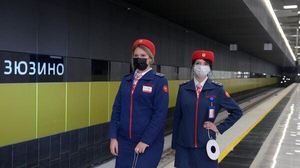 Сотрудники метрополитена на новой станции метро Зизюно во время технического пуска южного участка Большой кольцевой линии Московского метрополитена.