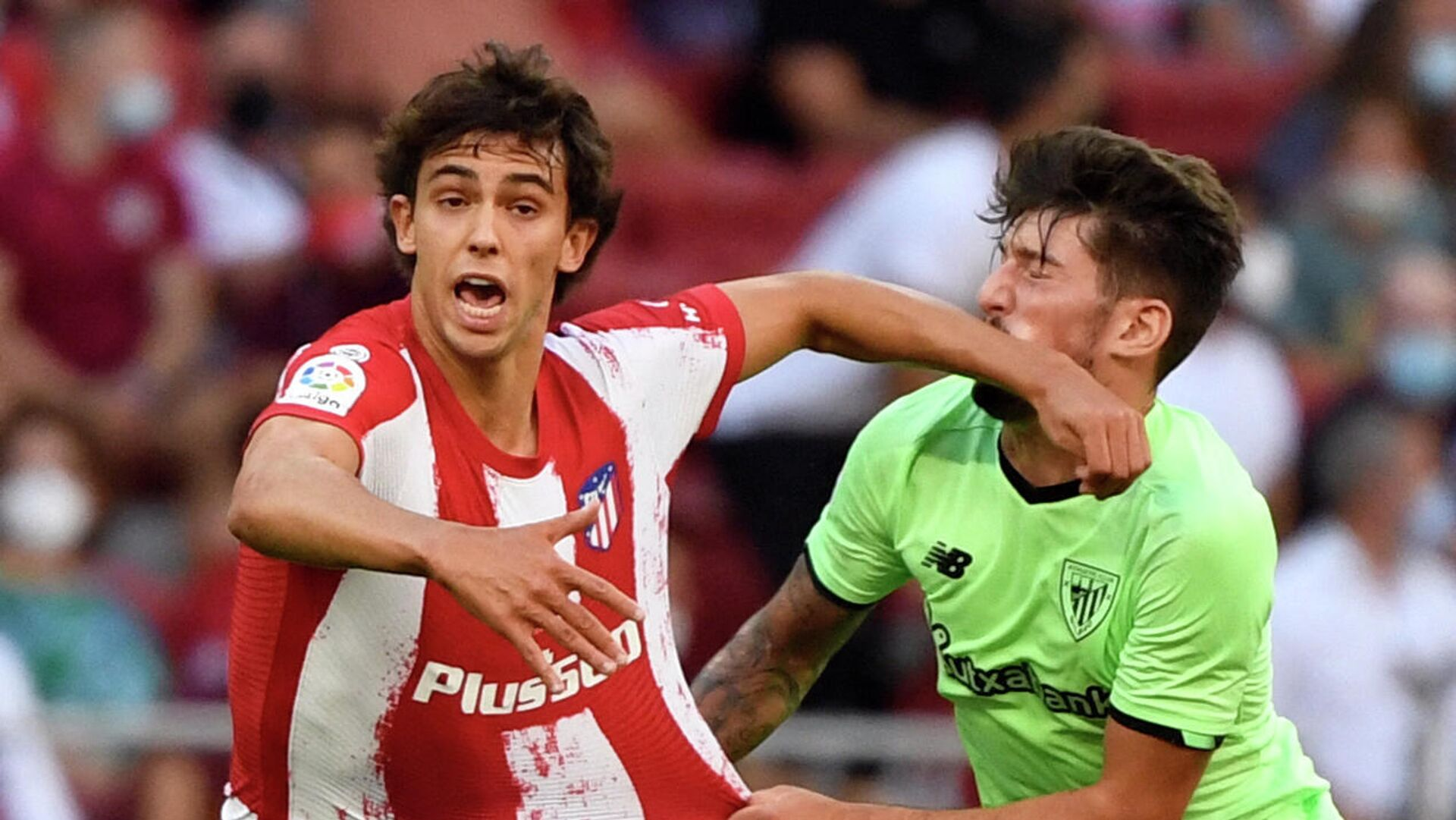 Atletico Madrid's Portuguese midfielder Joao Felix (L) fouls Athletic Bilbao's Spanish midfielder Unai Vencedor during the Spanish League football match between Club Atletico de Madrid and Athletic Club Bilbao at the Wanda Metropolitano stadium in Madrid on September 18, 2021. (Photo by PIERRE-PHILIPPE MARCOU / AFP) - РИА Новости, 1920, 18.09.2021