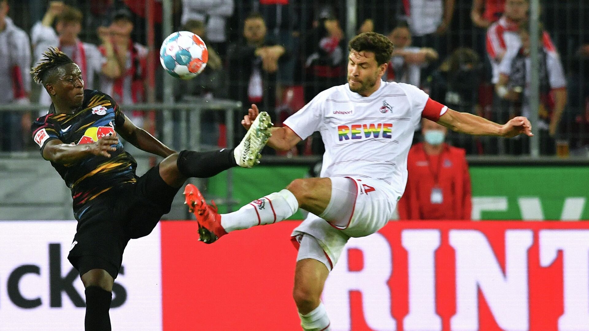 Cologne's German defender Jonas Hector (R) and Leipzig's Malian midfielder Amadou Haidara vie for the ball during the German first division Bundesliga football match 1 FC Cologne vs RB Leipzig, in Cologne, western Germany, on September 18, 2021. (Photo by UWE KRAFT / AFP) / DFL REGULATIONS PROHIBIT ANY USE OF PHOTOGRAPHS AS IMAGE SEQUENCES AND/OR QUASI-VIDEO - РИА Новости, 1920, 18.09.2021