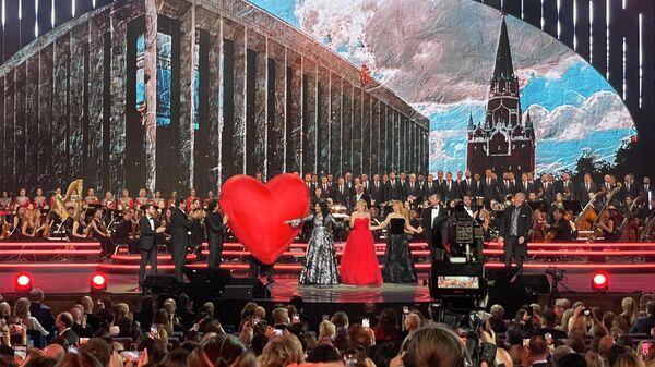 На юбилейном концерте в Кремлевском дворце в честь 50-летия Анны Нетребко.
