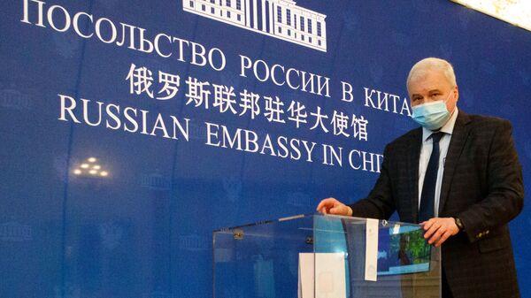 Чрезвычайный и полномочный посол Российской Федерации в Китайской Народной Республике Андрей Денисов во время голосования на выборах депутатов Государственной Думы