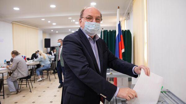 Чрезвычайный и полномочный посол Российской Федерации в Молдавии Олег Васнецов во время голосования на выборах депутатов Государственной Думы