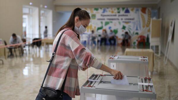 Голосование на выборах депутатов Государственной Думы РФ на избирательном участке №26-14 в Крымске