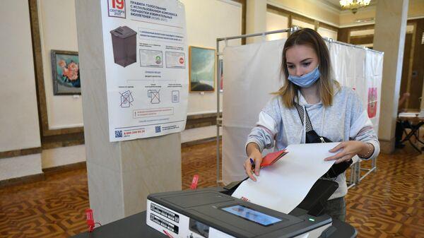 Избиратель на участке во время голосования на выборах депутатов Государственной Думы РФ в Бахчисарайском районе Крыма