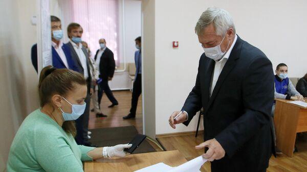 Губернатор Ростовской области Василий Голубев голосует на избирательном участке на выборах депутатов Государственной Думы РФ