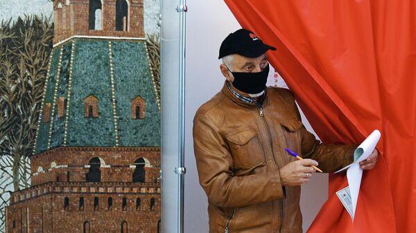 Мужчина голосует на выборах депутатов Государственной Думы РФ на избирательном участке в посольстве Российской Федерации в Белоруссии в Минске