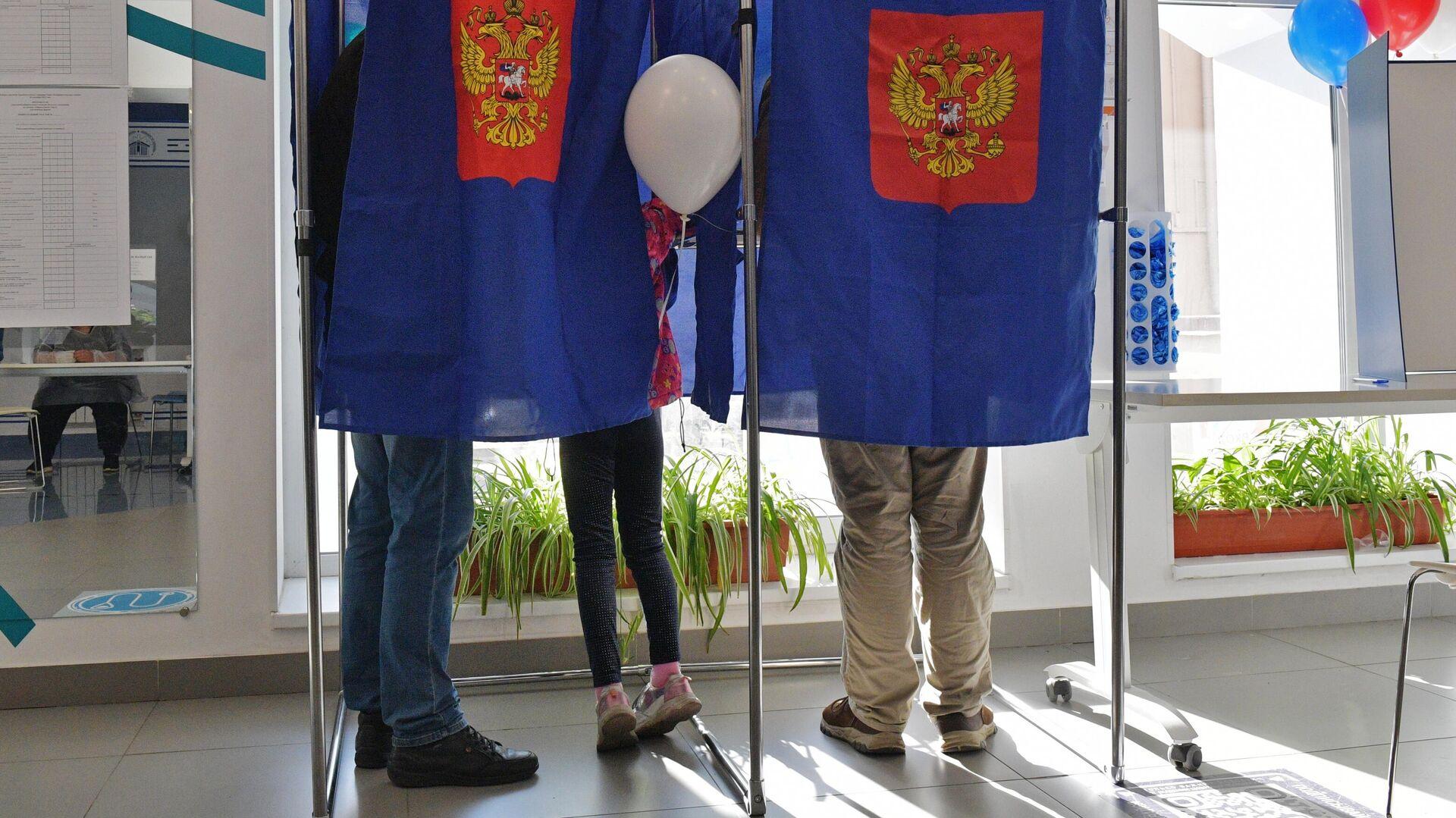 Избиратели голосуют на выборах депутатов Государственной Думы РФ на участке в Санкт-Петербурге - РИА Новости, 1920, 19.09.2021