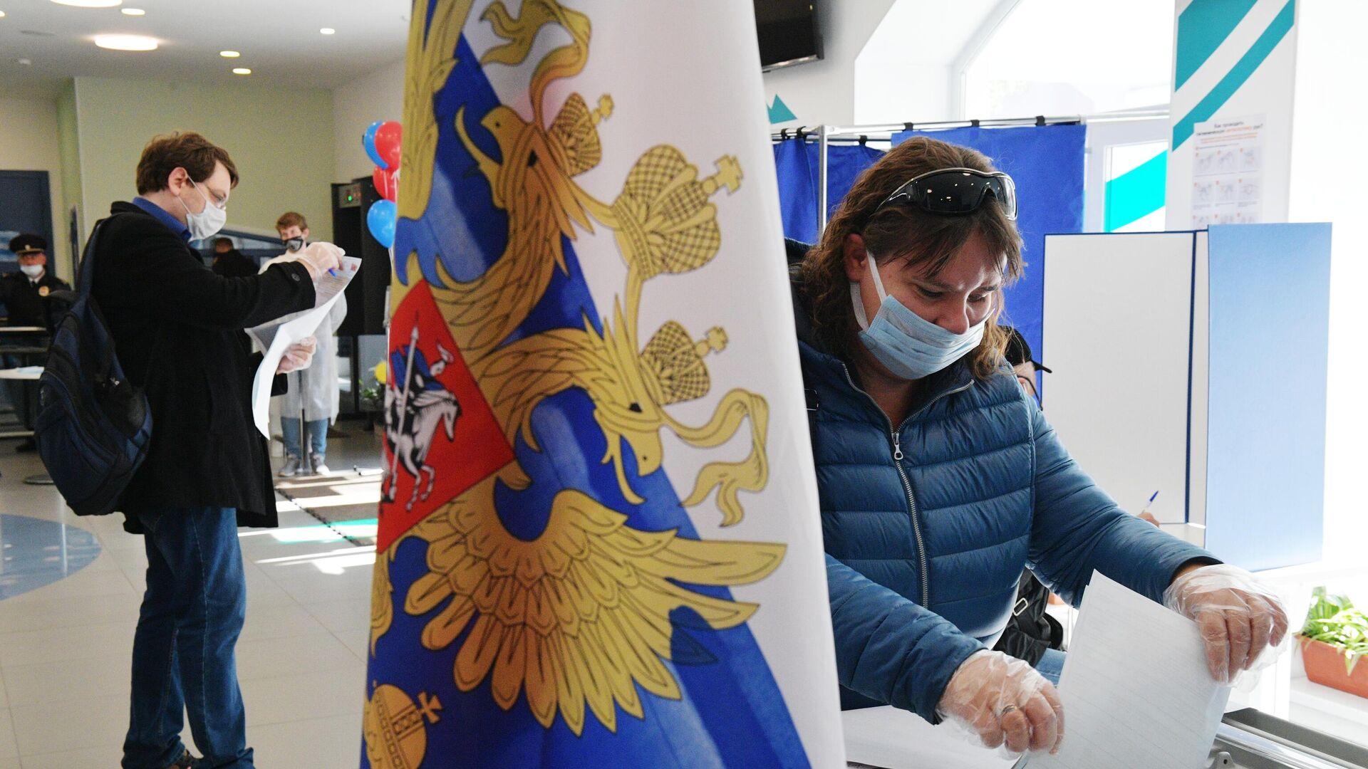 Избиратели голосуют на выборах депутатов Государственной Думы РФ на участке в Санкт-Петербурге - РИА Новости, 1920, 22.09.2021
