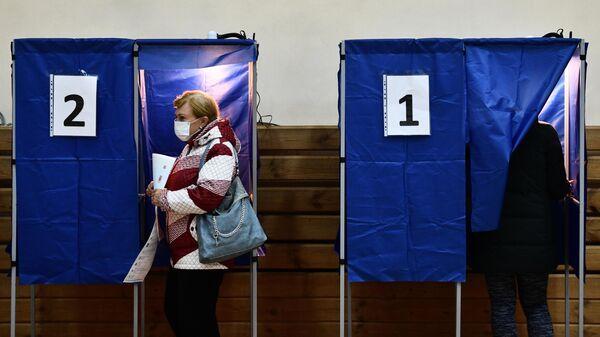 Избиратели голосуют на выборах депутатов Государственной Думы РФ