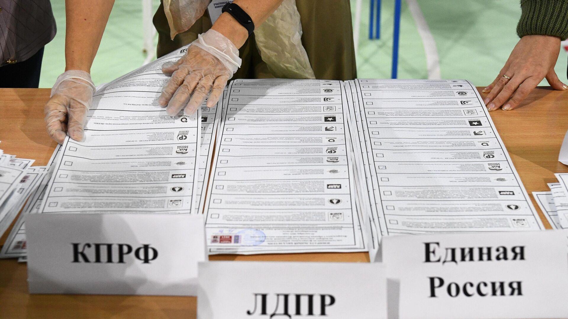 Сортировка бюллетеней во время подсчета голосов после закрытия избирательного участка в Новосибирске - РИА Новости, 1920, 20.09.2021