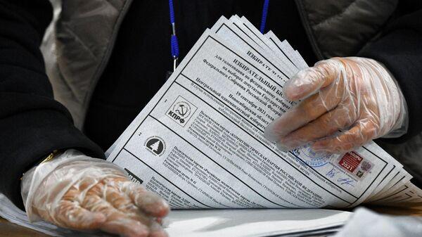 Подсчет голосов после закрытия избирательного участка в Новосибирске