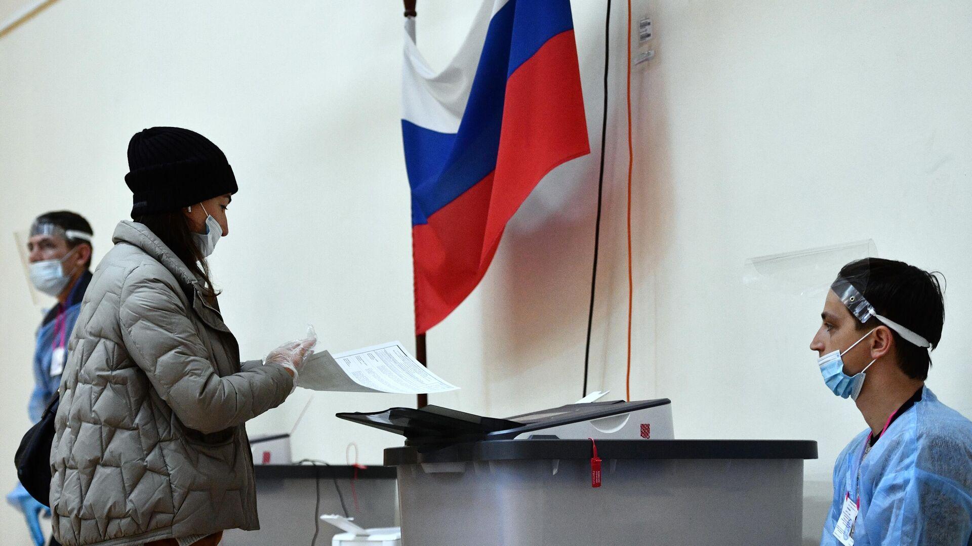 Женщина голосует на выборах депутатов Государственной Думы РФ на избирательном участке № 1331 в Екатеринбурге - РИА Новости, 1920, 19.09.2021