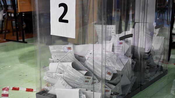 Бюллетени в урне для голосования перед началом подсчета голосов после закрытия избирательного участка №1986 в Новосибирске