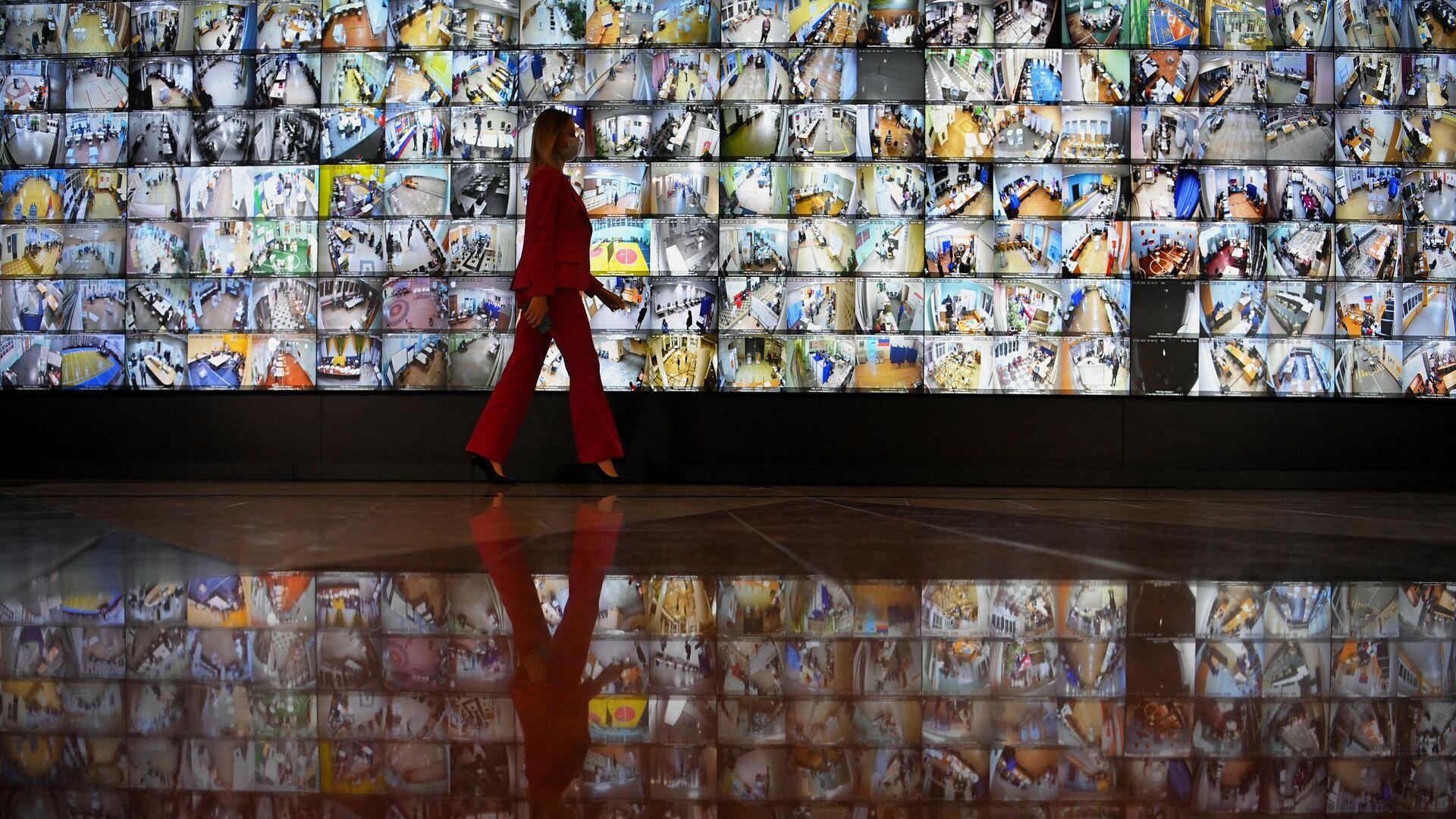 Экраны с участками для голосования в информационном центре Центральной избирательной комиссии РФ во время выборов в Госдуму 2021 года - РИА Новости, 1920, 19.09.2021