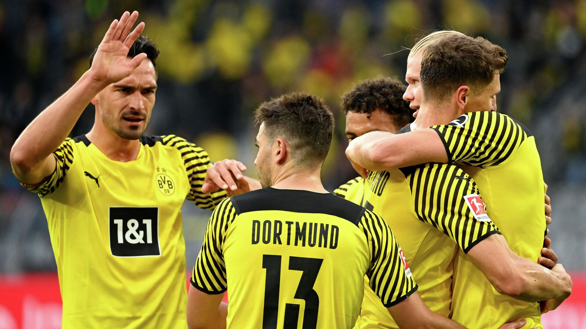 Dortmund's Norwegian forward Erling Braut Haaland (R) celebrates with Dortmund's German defender Mats Hummels (L), Dortmund's Portuguese defender Raphael Guerreiro (2nd L) and other teammates after scoring the 2-0 during the German first division Bundesliga football match Borussia Dortmund vs FC Union Berlin on September 19, 2021 in Dortmund, western Germany. (Photo by Ina Fassbender / AFP) / DFL REGULATIONS PROHIBIT ANY USE OF PHOTOGRAPHS AS IMAGE SEQUENCES AND/OR QUASI-VIDEO - РИА Новости, 1920, 19.09.2021
