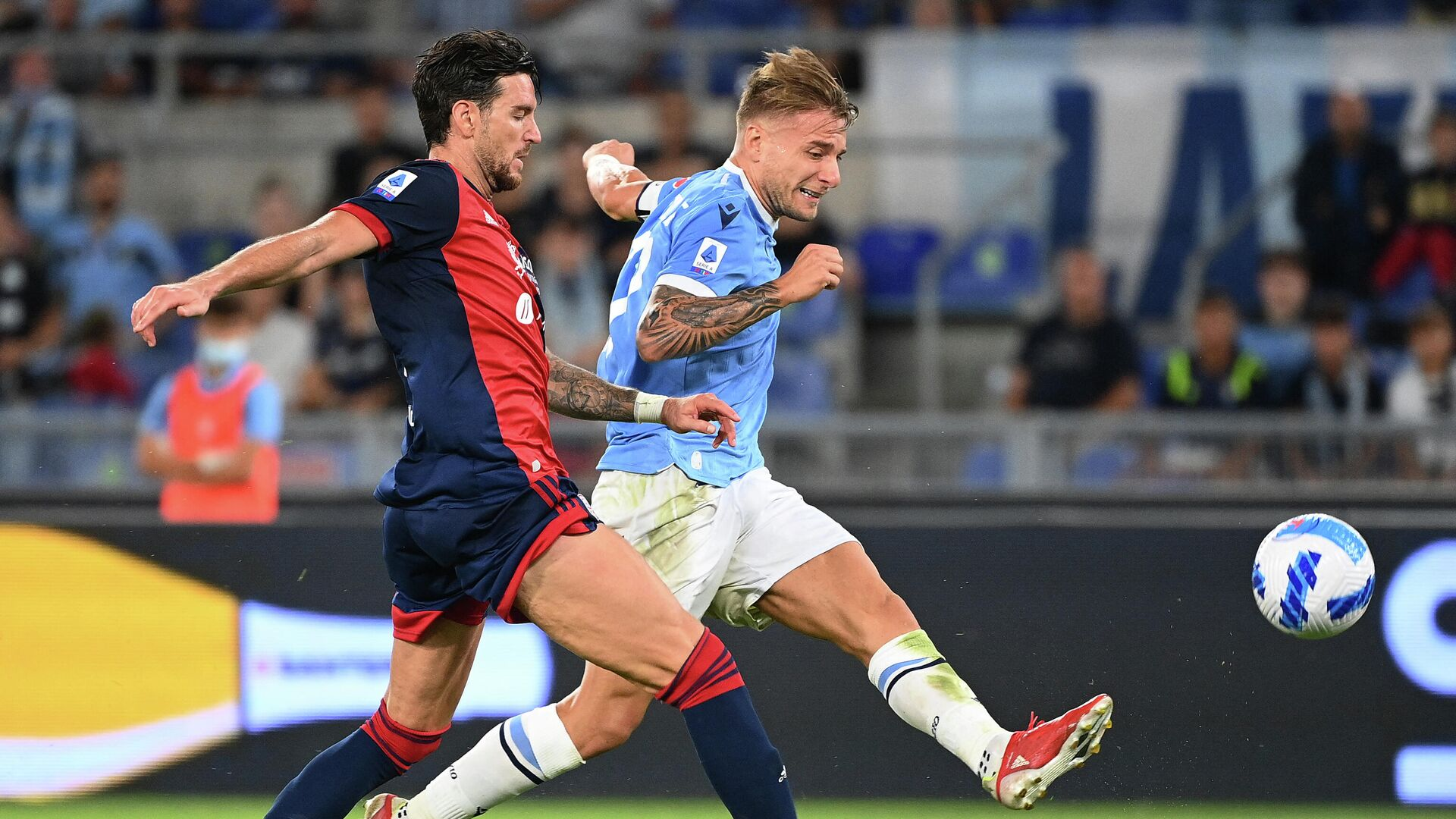 Lazio's Italian forward Ciro Immobile (R) fights for the ball Cagliari's Italian defender Luca Ceppitelli during the Italian Serie A football match between Lazio and Cagliari at the Olympic stadium, in Rome, on September 19, 2021. (Photo by Vincenzo PINTO / AFP) - РИА Новости, 1920, 19.09.2021