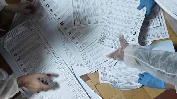 Сотрудники избирательной комиссии подсчитывают бюллетени