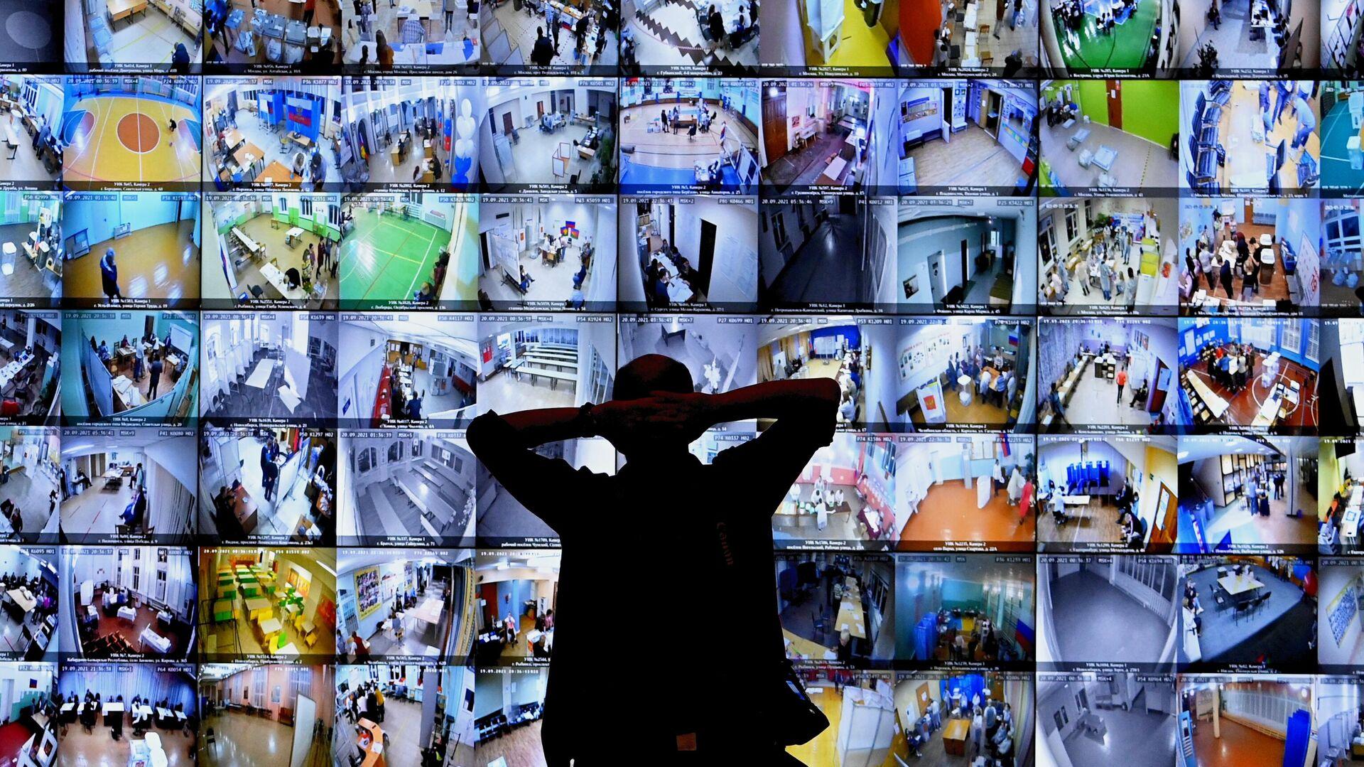 Экраны с участками для голосования в Информационном центре Центральной избирательной комиссии - РИА Новости, 1920, 21.09.2021