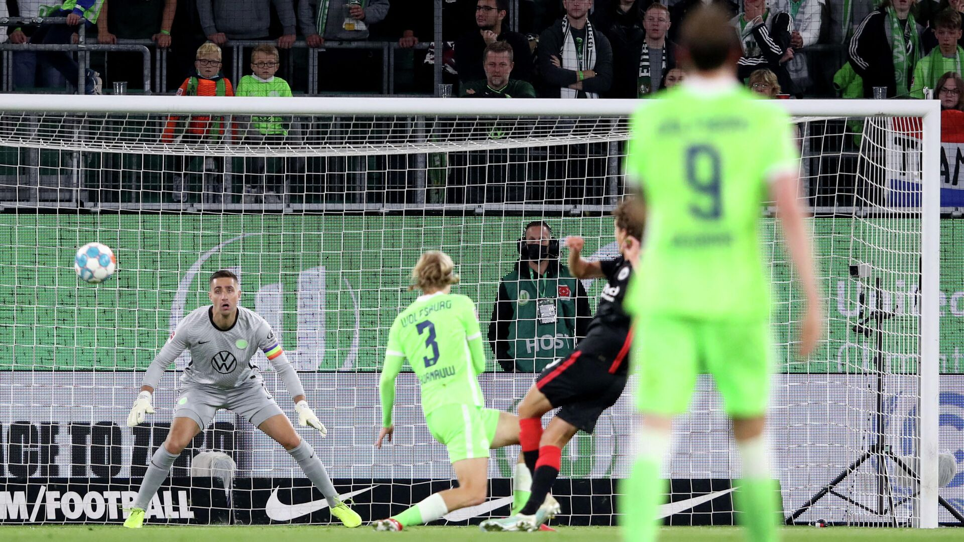Frankfurt's Dutch midfielder Sam Lammers (2nd R, hidden) scores the 0-1 during the German First division Bundesliga football match VfL Wolfsburg vs Eintracht Frankfurt on September 19, 2021 in Wolfsburg, northern Germany. (Photo by Ronny HARTMANN / AFP) / DFL REGULATIONS PROHIBIT ANY USE OF PHOTOGRAPHS AS IMAGE SEQUENCES AND/OR QUASI-VIDEO - РИА Новости, 1920, 19.09.2021