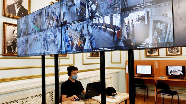 Экраны с трансляцией из участковых избирательных комиссий на избирательном участке в Севастополе