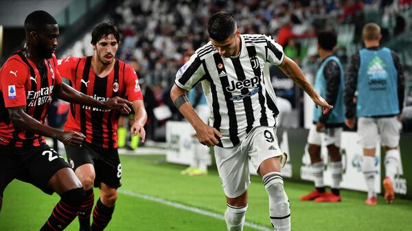 AC Milan's English defender Fikayo Tomori (L) fights for the ball with Juventus' Spanish forward Alvaro Morata (R) during the Italian Serie A football match between Juventus and AC Milan at the Juventus stadium in Turin, on September 19, 2021. (Photo by Isabella BONOTTO / AFP)