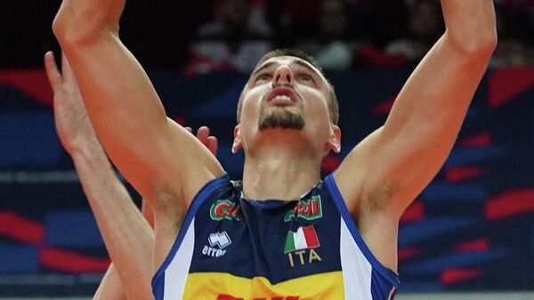 Italy's Simone Giannelli plays the ball during the EuroVolley 2021 semi-final match Italy v Serbia on September 18, 2021 in Katowice. (Photo by JANEK SKARZYNSKI / AFP)