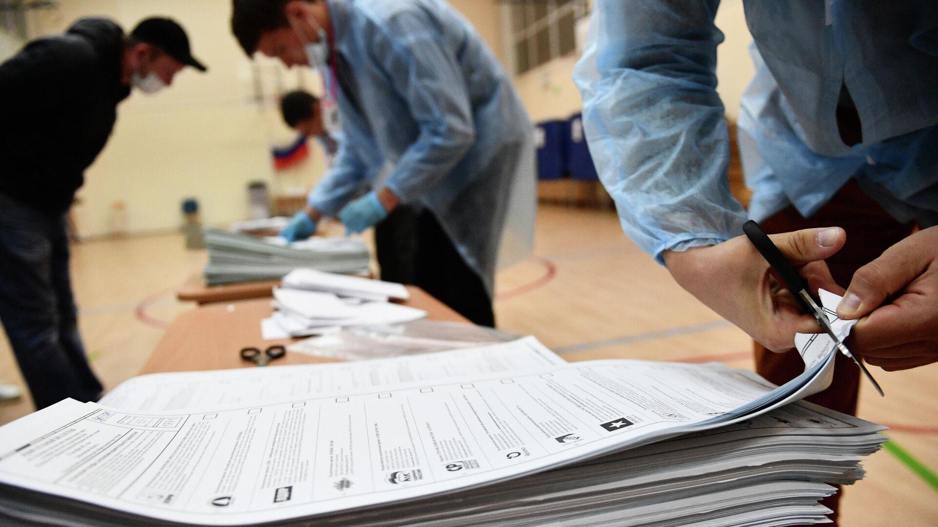 Процедура погашения неиспользованных избирательных бюллетеней после закрытия избирательного участка в Екатеринбурге - РИА Новости, 1920, 20.09.2021