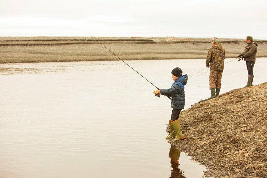 Арсений рыбачит на Шантарских островах