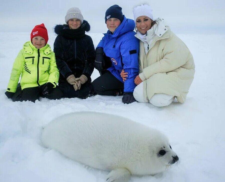 Арсений, Яна, Артем, Юля на Белом море. На переднем плане белек (детеныш гренландского тюленя)