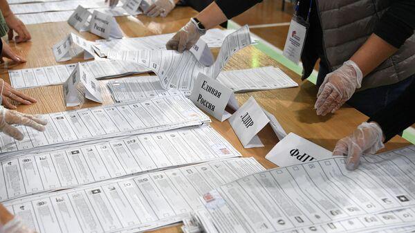 Сортировка бюллетеней во время подсчета голосов после закрытия избирательного участка