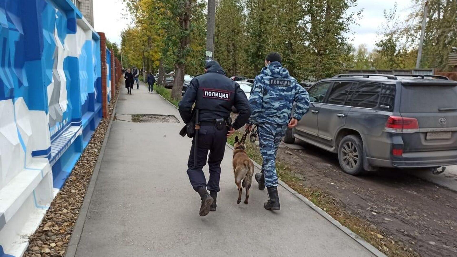 Сотрудники полиции со служебной собакой на улице Перми  - РИА Новости, 1920, 20.09.2021