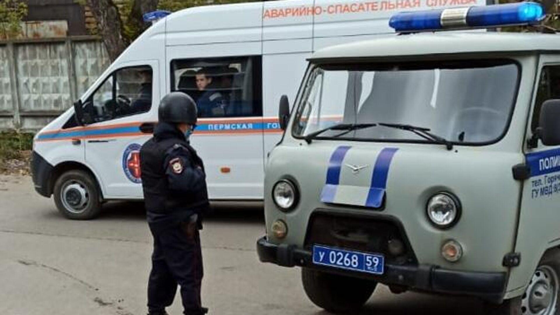 Машины полиции и аварийно-спасательной службы на улице Перми - РИА Новости, 1920, 20.09.2021
