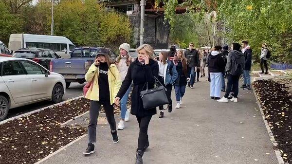 Группа молодых людей на улице Перми. Стоп-кадр видео