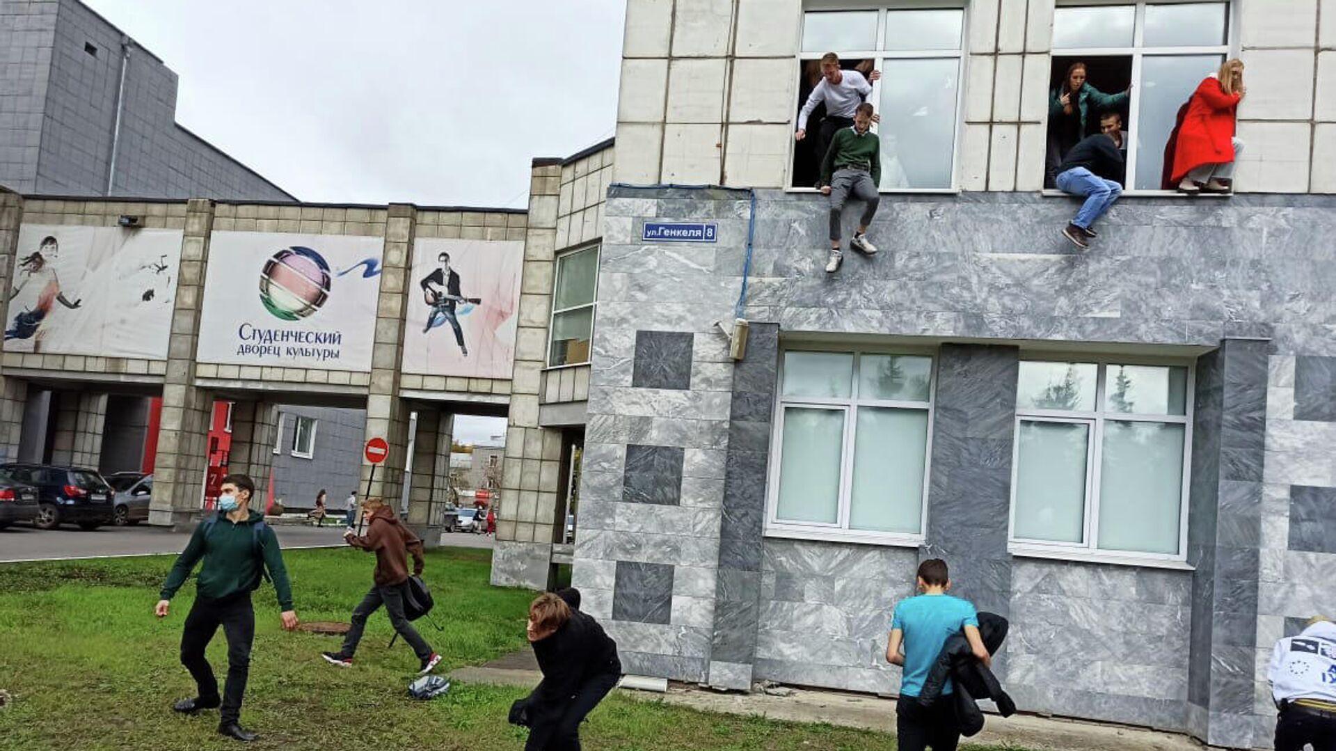 Студенты выпрыгивают из окон Пермского государственного национального исследовательского университета, в котором неизвестный открыл стрельбу - РИА Новости, 1920, 20.09.2021