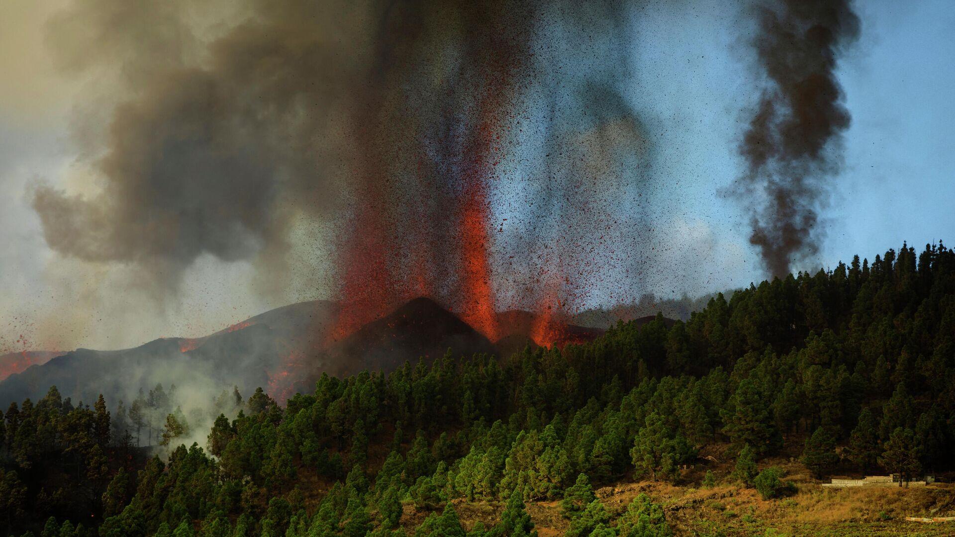 Извержение вулкана на испанском острове Пальма - РИА Новости, 1920, 26.09.2021
