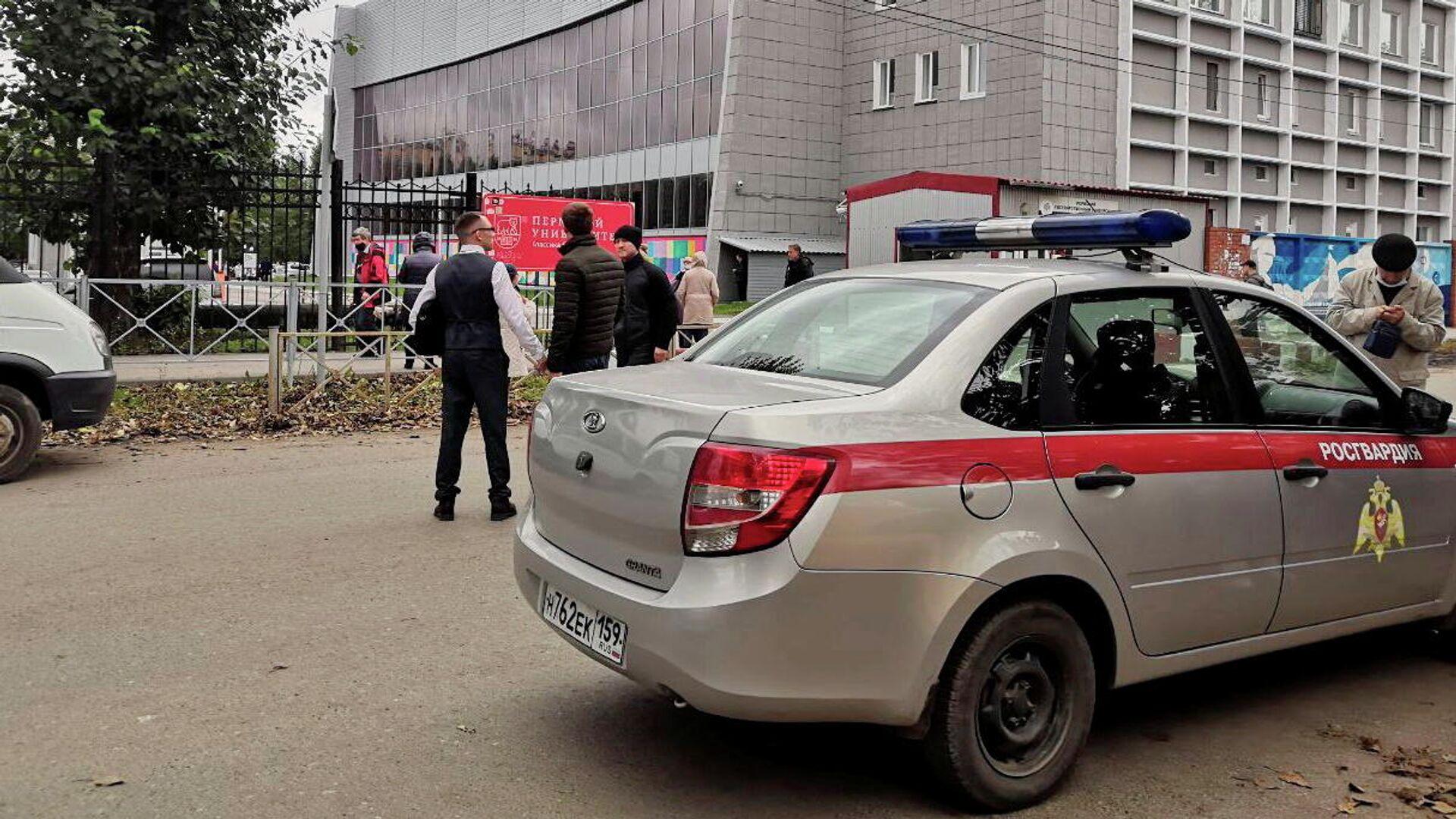 Автомобиль Росгвардии рядом с территорией Пермского государственного университета, где произошла стрельбы - РИА Новости, 1920, 20.09.2021