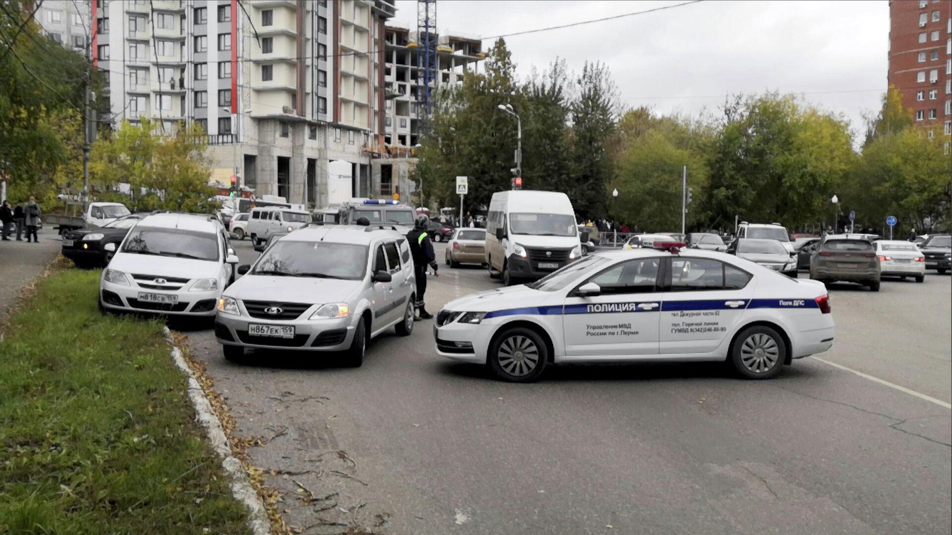 Автомобили полиции рядом с территорией Пермского государственного университета, где произошла стрельбы - РИА Новости, 1920, 20.09.2021