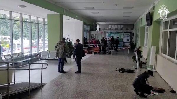 Сотрудники правоохранительных органов в здании Пермского государственного национального исследовательского университета, где вооруженный молодой человек открыл стрельбу. Стоп-кадр видео