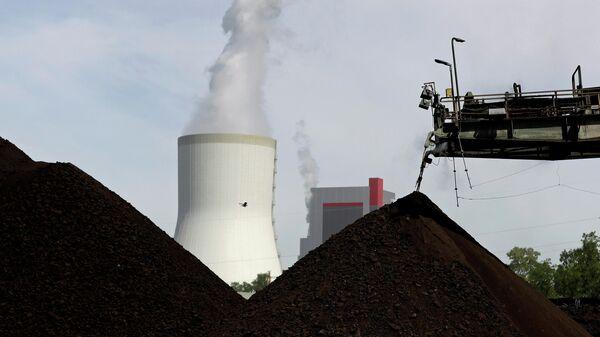 Градирня угольной электростанции возле Туровского угольного разреза в Польше