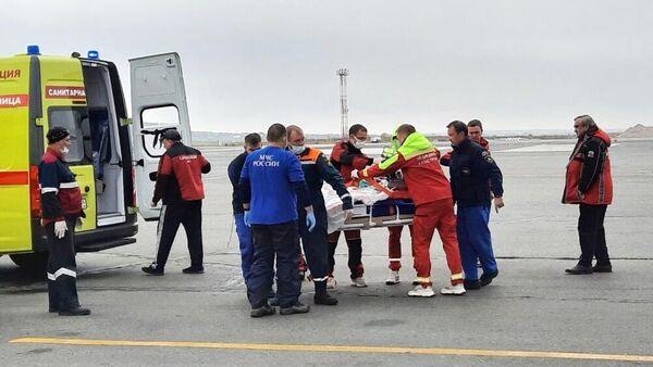 Сотрудники МЧС РФ готовят к эвакуации в Москву пострадавших при стрельбе в Перми