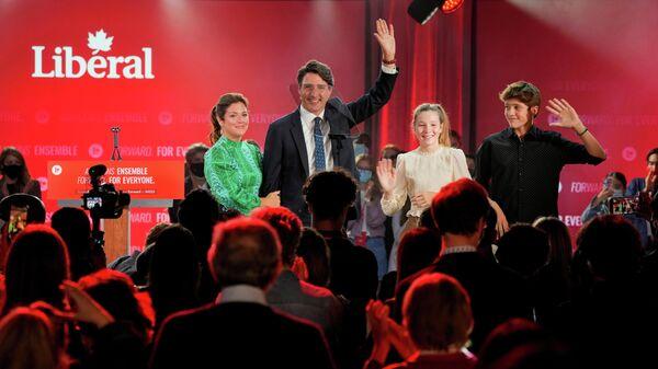 Либеральный премьер-министр Канады Джастин Трюдо со своей семьей во время вечеринки в честь победы на выборах в Монреале, Квебек, Канада. 21 сентября 2021